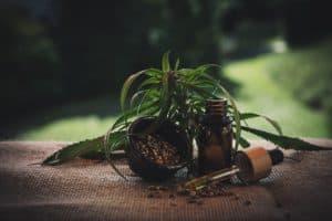 cbd olej na stole, cbd olej