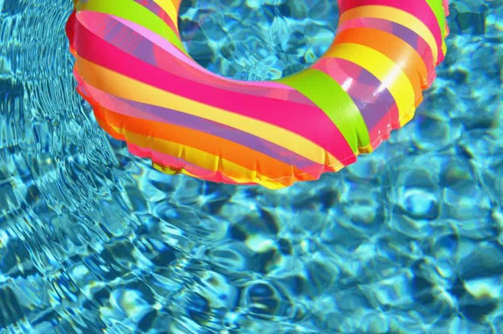 voda v bazene s kolesom