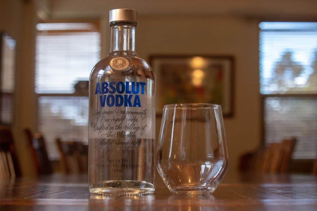 absolut vodka s pohárom