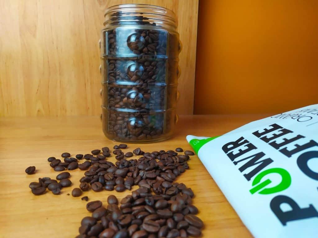 Power Coffee Organic Espresso na stole